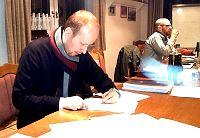 Foto: Stv. Vorsitzender Birger Lerch unterzeichnet die Geschäftsordnung